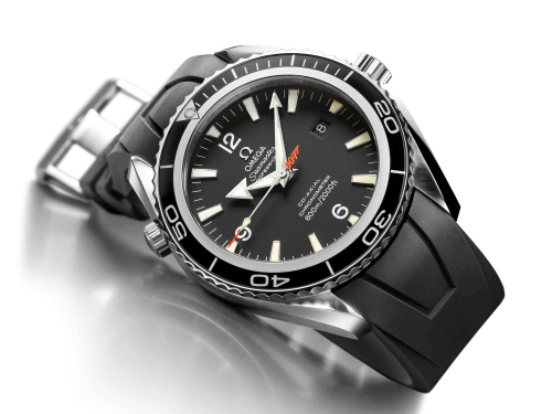 The features indicating that this is a professional divers� watch are the watertight screw-in crown, a screw-in case back and the helium escape valve. Moreover it is water resistant to 600 meters (2000 feet). The matt black dial offers excellent clarity and the facetted arrowhead hour and minute hands also have luminous SuperLuminova inserts as well as a luminous arrowhead seconds hand with orange tip offers ultimate visibility down to the last second. Beneath the surface is Omega�s calibre 2500 Co-Axial Escapement movement and has a power reserve of 48 hours. The bond watch is available with a 45.5 mm diameter case and a black rubber strap. This Limited Edition has exclusive features: the central second hand bears the �007� gun logo in orange, that recalls the code name of the famous MI6 secret agent. The stainless-steel case back is embossed with the �Casino Royale� logo as well as the series number of each Limited Edition watch. Restricted to 5,007 pieces, the Seamaster Planet Ocean �Casino Royale� is a must have for all the guys who idolize 007!
